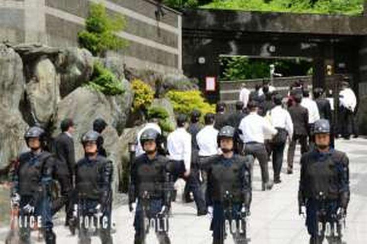 Aparat Kepolisian di Kitakyushu, Jepang dalam penggerebekan di rumah Satoru Nomura, Kepala Kelompok Yakuza Kudo-kai, bulan Mei 2015 silam.