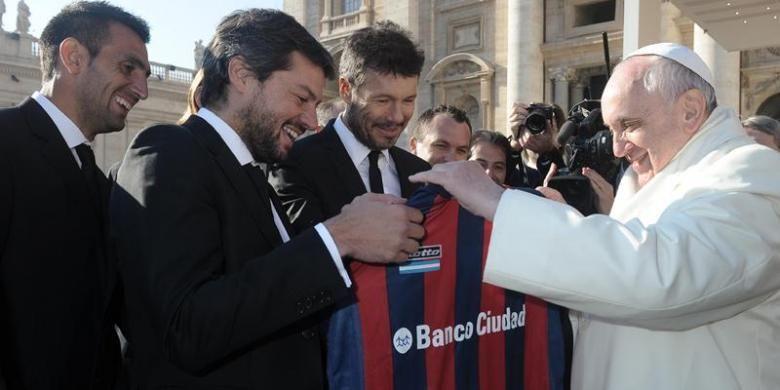 Paus Fransiskus menerima kaus tim sepak bola San Lorenzo dari presiden klub, Mattias Lamment. Sejak kecil, Paus Fransiskus adalah penggemar klub San Lorenzo yang baru saja menjuarai Liga Argentina.