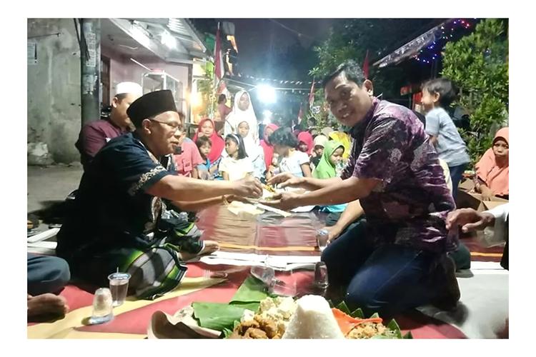 Sebelum pandemi, masyarakat Kota Malang rutin menggelar tradisi Barikan pada malam Hari Kemerdekaan.