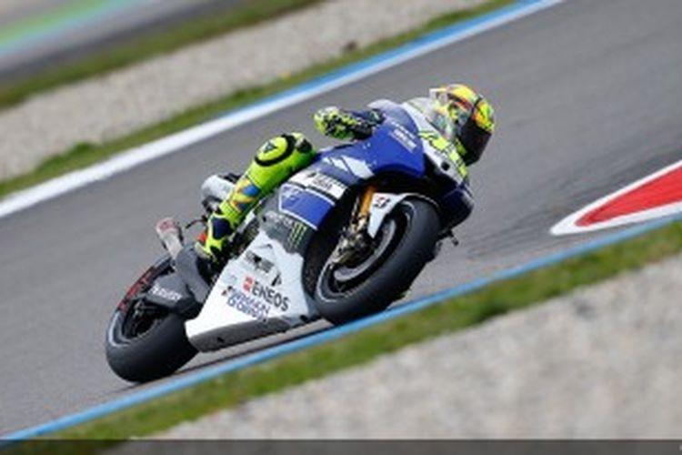 Pebalap Yamaha, Valentino Rossi memacu motornya pada sesi kualifikasi GP Belanda di Sirkuit Assen, Jumat (28/6/2013).