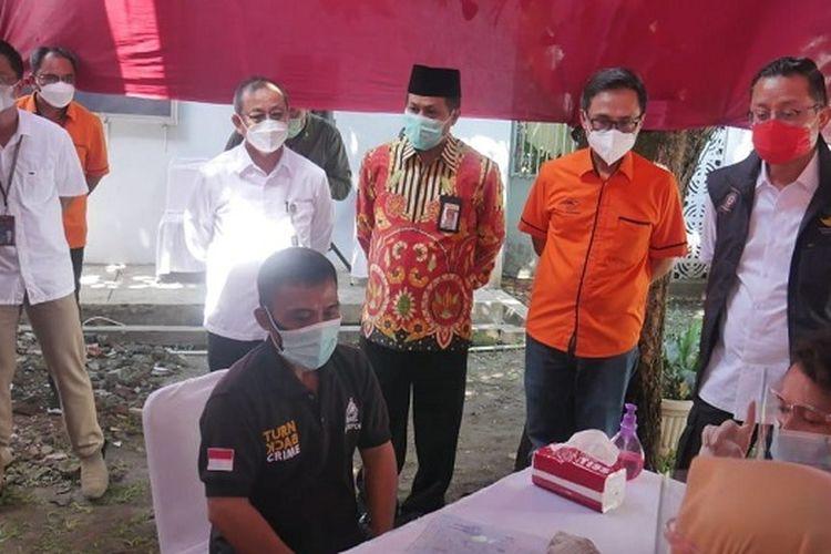 Mensos Juliari P. Batubara saat menyalurkan bansos, Jumat (20/11/2020).