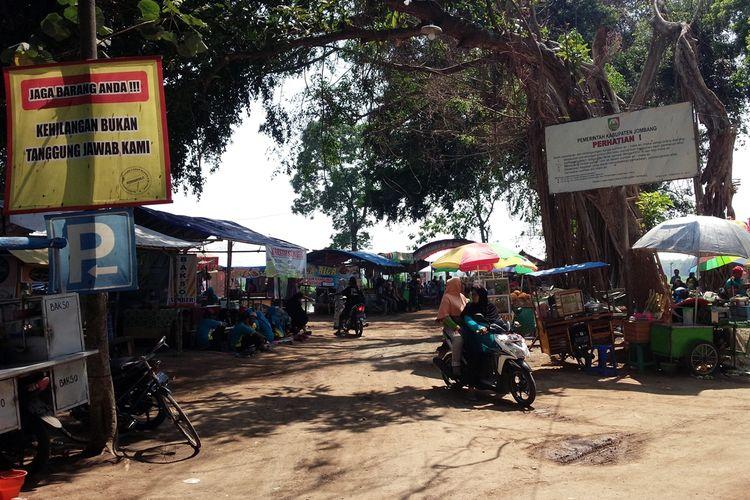 Deretan pedagang kaki lima (PKL) memadati kawasan situs petirtaan kuno di Sumberbeji, Kabupaten Jombang, Jawa Timur, sejak 1 bulan lalu.
