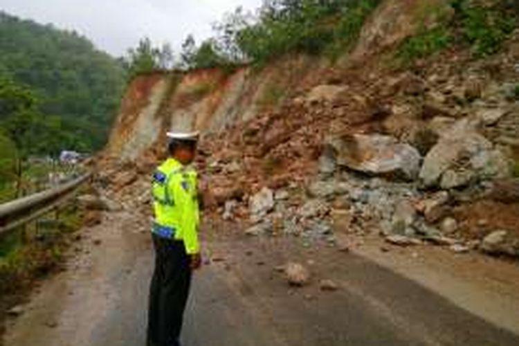 Longsoran tanah menutup ruas jalan Ponorogo-Pacitan di Tegalombo, Kabupaten Pacitan, Kamis ( 15/12/2016) sore.