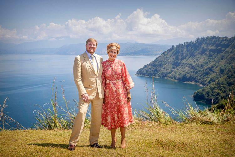 Raja Willem Alexander dan Ratu Maxima berpose dengan latar belakang Danau Toba dan pulau Samosir di kejauhan