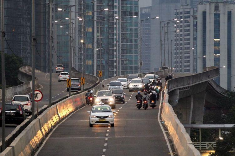 Pengendara sepeda motor nekat melawan arah saat berlangsung razia di jalan layang non tol (JLNT) Kampung Melayu-Tanah Abang, Jakarta, Selasa (25/7/2017). Pengendara motor masih nekat memasuki dan melintasi JLNT tersebut baik dari arah Tanah Abang maupun Kampung Melayu. KOMPAS IMAGES/KRISTIANTO PURNOMO