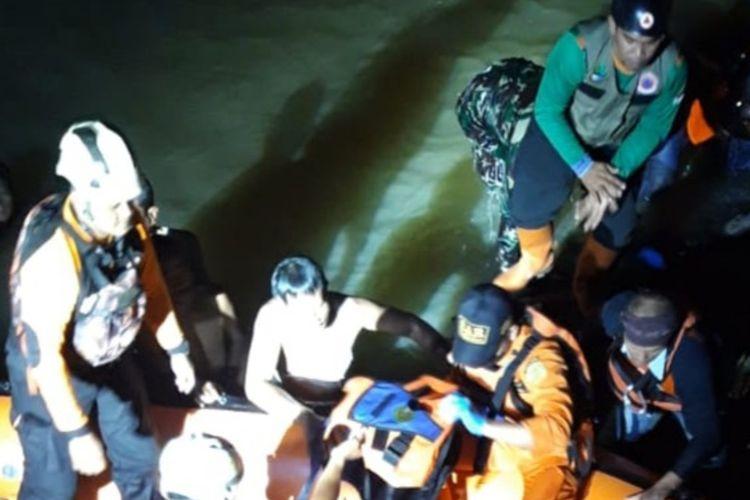 Tim SAR gabungan sedang mengevakuasi siswa tewas tenggelam saat acara susur sungai Pramuka MTs Harapan Baru Cijantung Ciamis di Sungai Cileueur, Kabupaten Ciamis, Jumat (15/10/2021) malam.