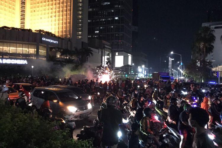 Arus lalu lintas di sekitar Bundaran Hotel Indonesia, Jakarta Pusat macet total pada Minggu (25/4/2021) malam.
