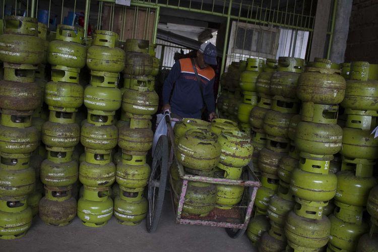 Petugas menata tabung gas LPG berukuran 3 kg di agen gas Pancoran Mas, Depok, Jawa Barat, Kamis (23/1/2020). Pemerintah ingin membatasi penyaluran dan penyesuaian harga elpiji 3 kg.