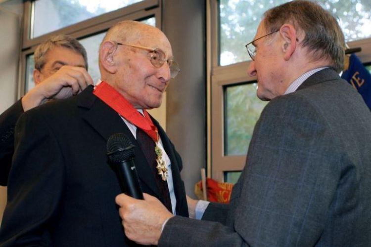 Georges Loinger (kiri) dianugerahi dengan gelar Commandeur de la Legion dHonneur di Paris, Perancis, pada  19 September 2005. (AFP/JACQUES DEMARTHON)