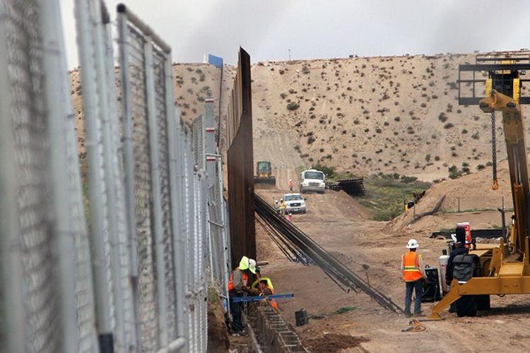 Pekerja AS mengganti pagar dengan dinding baja baru yang lebih tinggi di sepanjang perbatasan antara Ciudad Juarez dan Sunland Park, New Mexico, di wilayah Juarez, negara bagian Chihuahua, Meksiko pada 12 September 2016.