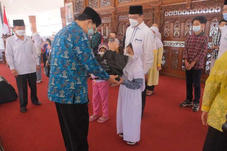 Wali Kota Magelang M. Mansyur menyerahkan bingkisan kepada anak yatim/piatu korban Covid-19 di Pendopo Pengabdian Magelang, 23 September 2021.