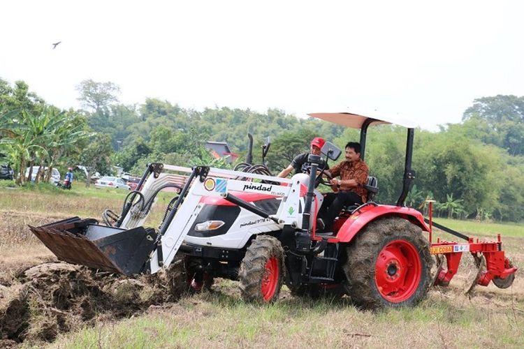 Pihak Kementan saat meninjau lahan milik petani.