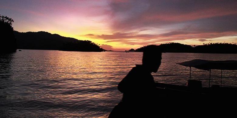 Senja di pantai Pulau Triton, Kabupaten Kaimana, Papua Barat, beberapa waktu lalu. Pulau ini merupakan bagian kawasan konservasi laut Kabupaten Kaimana yang kaya keanekaragaman hayati bawah laut dengan jajaran bukit karst berhias lukisan dinding kuno di sekitarnya.