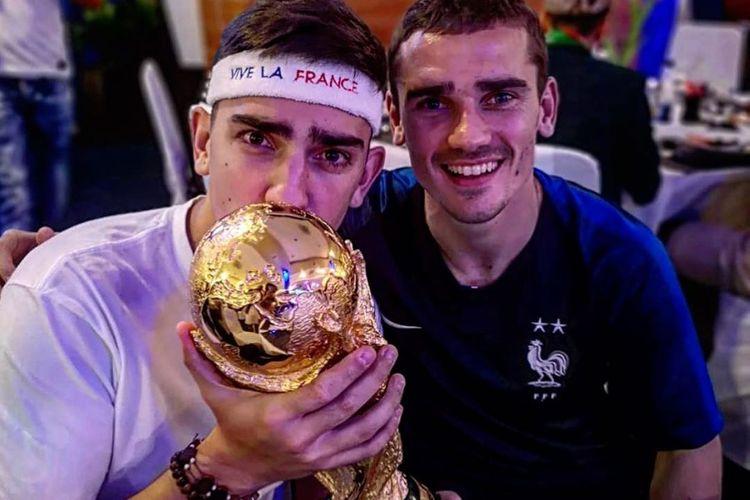 Adik Antoine Griezmann, Theo, berfoto bersama sang kakak dan trofi Piala Dunia 2018.