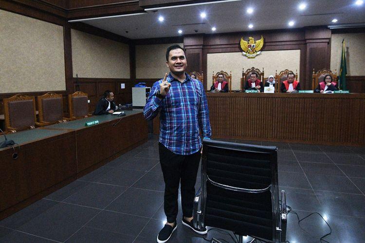 Terdakwa kasus suap panitera Pengadilan Negeri Jakarta Utara, Saipul Jamil, bersiap menjalani sidang vonis di Pengadilan Tipikor, Jakarta, Senin (31/7). Majelis Hakim memvonis penyanyi dangdut tersebut dengan hukuman tiga tahun penjara serta denda Rp100 juta subsider tiga bulan kurungan. ANTARA FOTO/Sigid Kurniawan/kye/17.