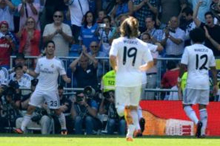 Para pemain Real Madrid (dari kiri ke kanan), Isco, Luka Modric dan Marcelo, merayakan gol ke gawang Athletic Bilbao dalam laga Liga BBVA.