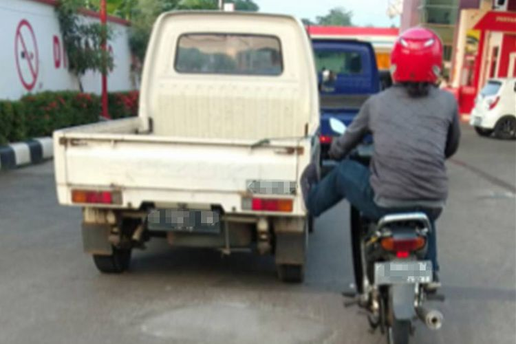 Tangkapan layar seorang pria yang disebut sebagai Supra Man mendorong mobil pikap hanya dengan kaki kirinya.