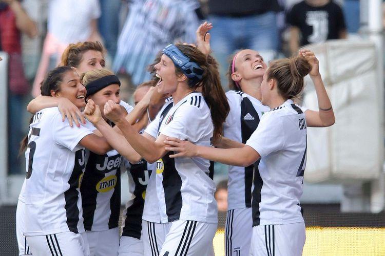 Tim sepak bola wanita Juventus merayakan gol ke gawang Fiorentina pada laga pekan ke-19 Serie A Wanita di Allianz Stadium, Turin, Minggu (24/3/2019).