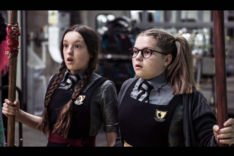 Bella Ramsey dan Meibh Campbell dalam serial televisi anak The Worst Witch (2017).