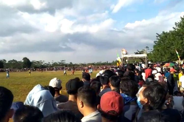 Kerumunan penonton sepak bola di lapangan Glora Graha Ciboga, Kec. Walantaka, Kota Serang Banten