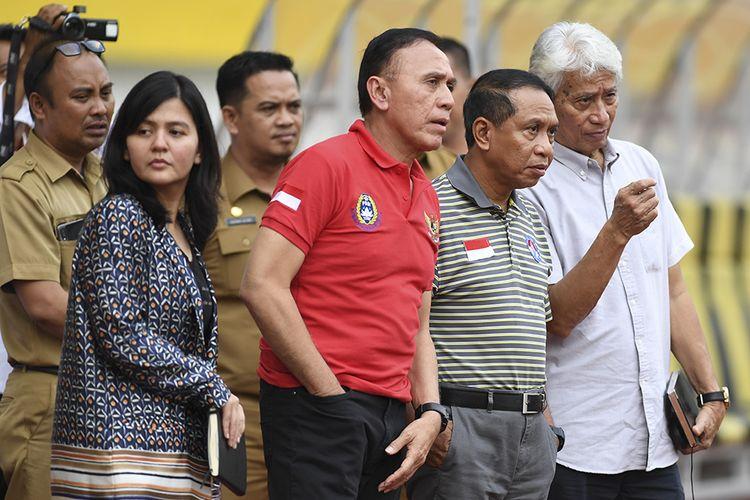 Menteri Pemuda dan Olahraga Zainudin Amali (kedua kanan) bersama Ketua Umum PSSI Mochamad Iriawan (kedua kanan), Sekjen PSSI Ratu Tisha Desria (kiri) dan Direktur Teknik Tim Nasional Indonesia PSSI Danurwindo (kanan) meninjau seleksi pemain Timnas Indonesia U-19 di Stadion Wibawa Mukti, Cikarang, Bekasi, Jawa Barat, Senin (13/1/2020). Sebanyak 51 pesepak bola hadir mengikuti seleksi pemain Timnas U-19 yang kemudian akan dipilih 30 nama untuk mengikuti pemusatan latihan di Thailand.