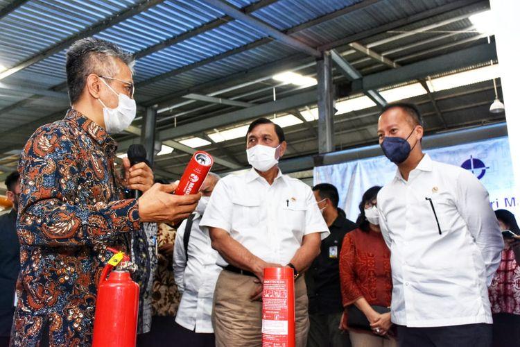 Menteri Perindustrian Agus Gumiwang Kartasasmita mendampingi Menteri Koordinator Bidang Kemaritiman dan Investasi Luhut Binsar Pandjaitan saat mengunjungi PT Yogya Presisi Teknikatama Industri (PT. YPTI),