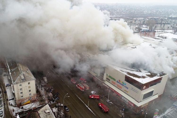 Kebakaran melanda sebuah mal di Kemerovo, Rusia, Minggu (25/3/2018). (Russian Ministry for Emergency Situations via AP)