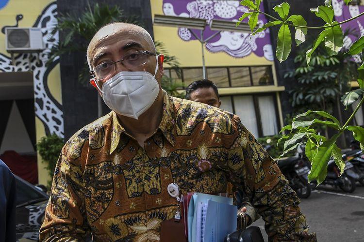 Kepala Badan Kepegawaian Negara (BKN) Bima Haria Wibisana berjalan untuk menjalani pemeriksaan di Komisi Nasional untuk Hak Asasi Manusia (Komnas HAM) di Jakarta, Selasa (22/6/2021). Bima Haria Wibisana yang hadir melalui pintu belakang untuk menjalani pemeriksaan terkait dugaan pelanggaran HAM dalam tes wawasan kebangsaan (TWK) dari 75 pegawai Komisi Pemberantasan Korupsi (KPK). ANTARA FOTO/M Risyal Hidayat/hp.
