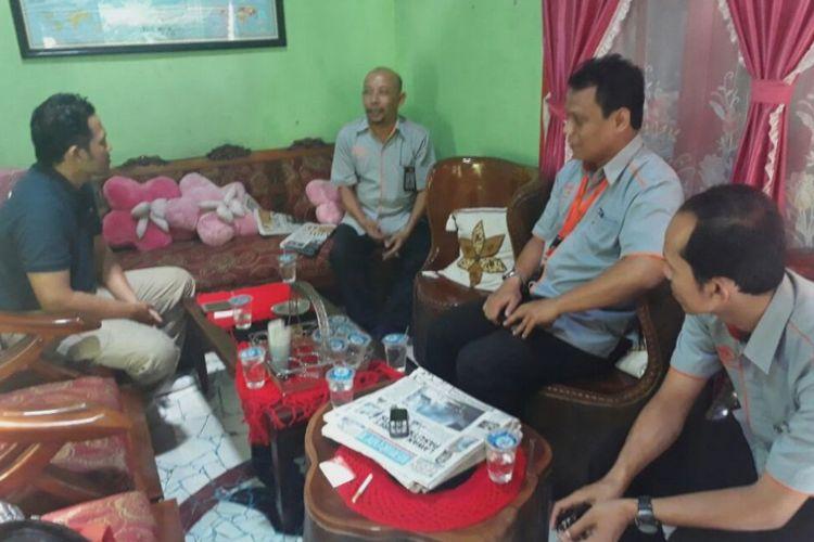 Kepala Kantor Pos Cabang Blora, Bambang Purbo Kastono, mengutarakan permintaan maaf secara langsung dengan mendatangi rumah keluarga Kumbang Yono Prayogi (63) di Jalan Ahmad Yani Nomor 42 A, Blora, Rabu (28/2/2018).?