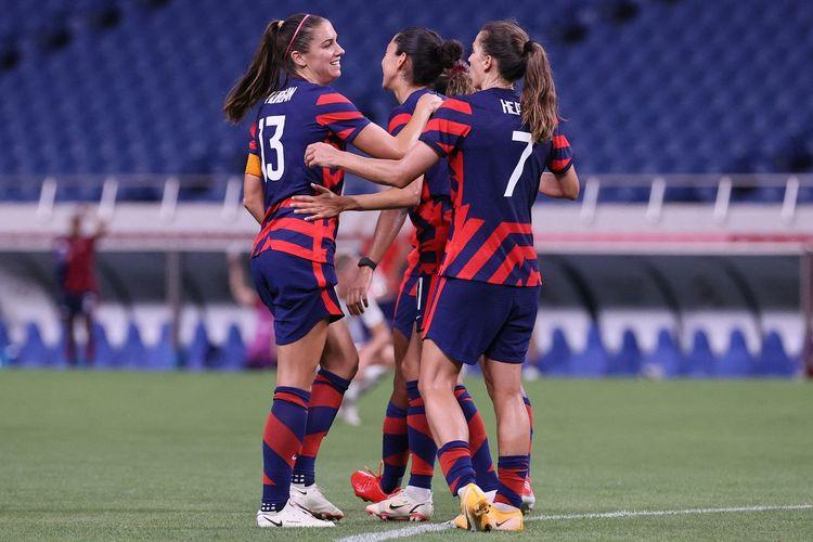 Penyerang Amerika Serikat Alex Morgan (kiri) bersama rekan-rekannya merayakan gol ke gawang Selandia Baru pada laga lanjutan Grup G sepak bola putri Olimpiade Tokyo 2020 di Stadion Saitama, 24 Juli 2021.