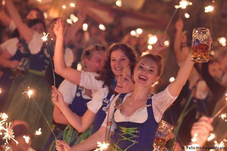 Suasana Oktoberfest di Munchen, Jerman, sebelum pandemi virus corona.