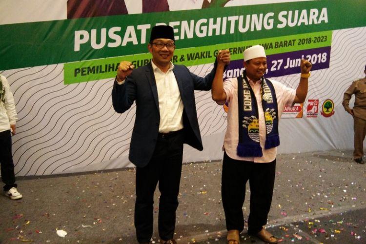 Ridwan Kamil dan Uu Ruzhanul Ulum saat berfoto usai unggul dalam perolehan hitung cepat Pilkada Jabar, di Hotel Papandayan, Bandung, Rabu (27/6/2018).