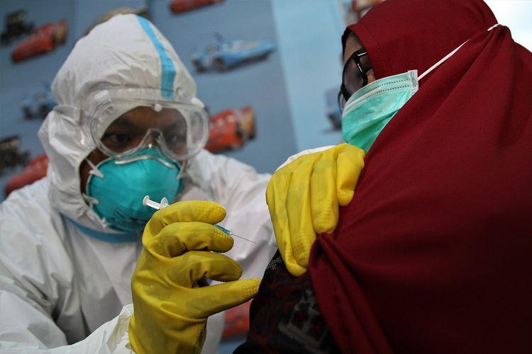 Petugas kesehatan menyuntikan vaksin COVID-19 saat simulasi pelayanan vaksinasi di Puskesmas Kemaraya, Kendari, Sulawesi Tenggara, Jumat (18/12/2020). Simulasi tersebut dilaksanakan agar petugas kesehatan mengetahui proses penyuntikan vaksinasi COVID-19 yang direncanakan pada Maret 2021. ANTARA FOTO/Jojon/rwa.