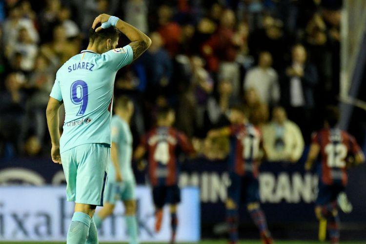 Luis Suarez tampak kecewa setelah para pemain Levante merayakan gol ke gawang Barcelona pada pertandingan La Liga Spanyol di Ciudad de Valencia, 13 Mei 2018.
