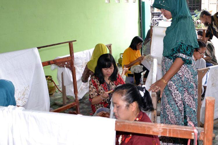 Para pembatik saat mencanting batik Pamiluto Ceplokan dengan pengawasan ketat dari jajaran Dekranasda.