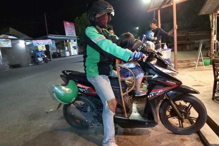 Hasran bersama anaknya yang masih usia 2,5 tahun saat sedang narik penumpang di Samarinda, Kaltim, Selasa (25/8/2020).