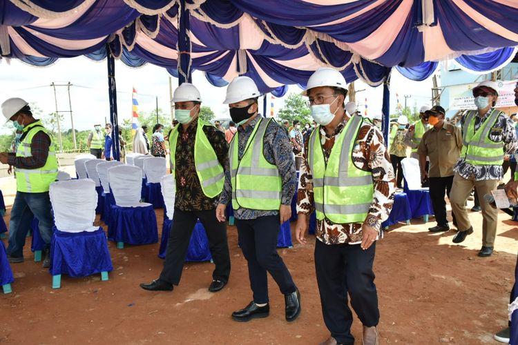 Menteri PPN/Bappenas Suharso Monoarfa meninjau pembangunan Embung Konservasi Kolong Mempaya di Desa Mempaya, Kecamatan Damar, Kabupaten Belitung Timur, Jumat (4/9/2020).
