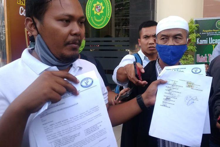 Abdul Wahid Katino (peci putih) didampingi kuasa hukum dari LBH Pematangsiantar di PN Pematangsiantar Jalan Sudirman, 26 Juni 2020.
