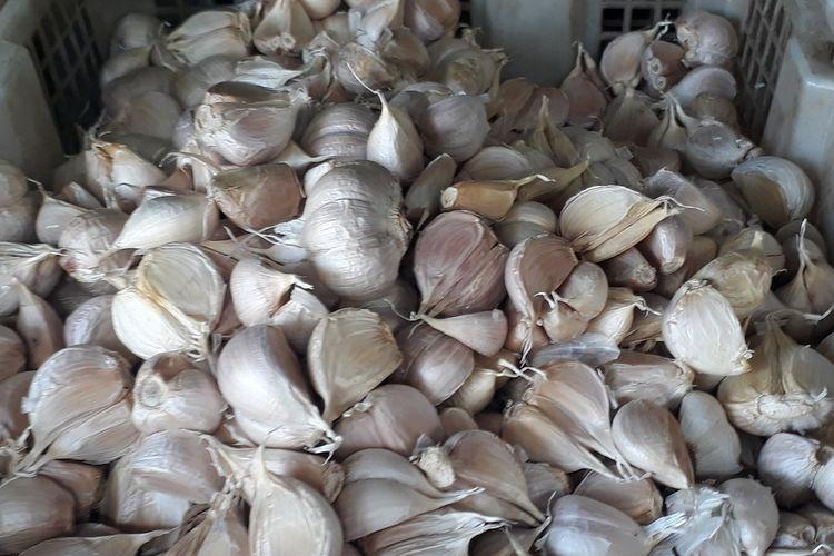 Bawang putih yang dijual di Pasar Induk Kramat Jati, Jakarta Timur, Senin (3/2/2020).