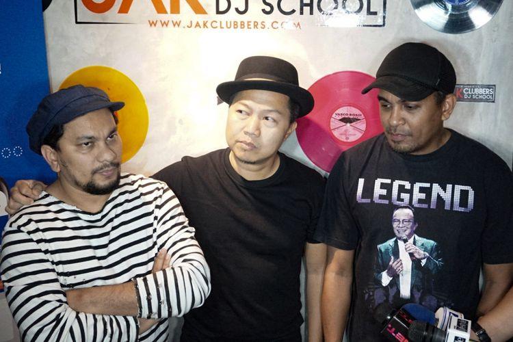Tompi, Sandhy Sondoro dan Glenn Fredly (dari kiri ke kanan), yang tergabung dalam Trio Lestari, diwawancara di sela sesi latihan musik di G Studio, Pondok Indah, Jakarta Selatan, Selasa (31/7/2018).