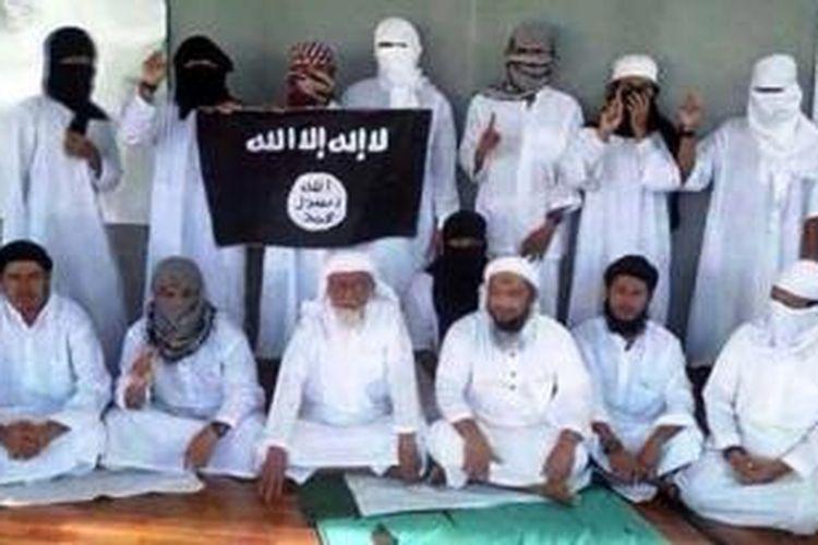 Foto yang beredar di jejaring media sosial memperlihatkan Abu Bakar Baasyir bersama pengikutnya di Lapas Nusakambangan yang menyatakan berbaiat kepada Daulah Islam yang didirkan ISIS.