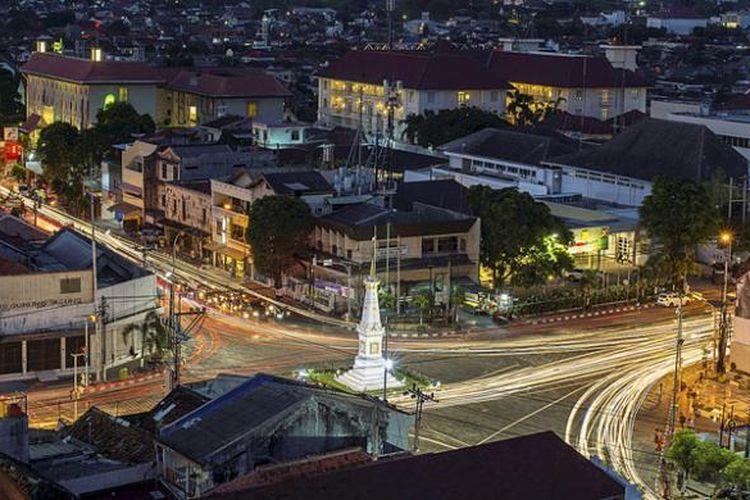 Kendaraan melintas di perempatan Tugu, Yogyakarta, Selasa (2/8/2016). Bangunan cagar budaya Tugu yang juga dikenal dengan nama Tugu Pal Putih itu menjadi salah satu ikon pariwisata Yogyakarta.