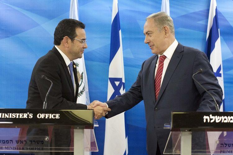 Foto bertanggal 28 November 2016 memperlihatkan Presiden Guatemala Jimmy Morales (kiri) berjabat tangan dengan Perdana Menteri Israel Benjamin Netanyahu (kanan) dalam sebuah perjanjian bilateral.