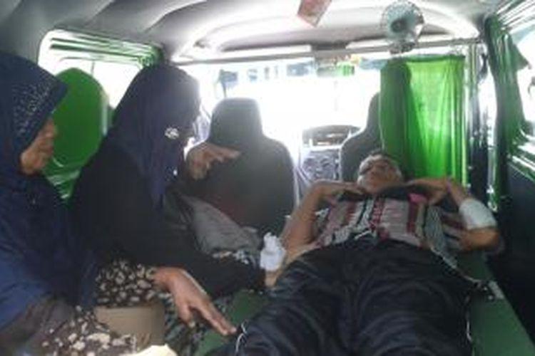 Camat Waplau, Kabupaten Buru, Maluku korban penganiayaan oknum anggota polisi Polres Buru dirujuk ke RS dr Soetomo SUrabaya, Jumat (19/9/2014). Saat hendak dibawa ke bandara pattimura, Yusuf menggunakan kursi roda karena tidak bisa berjalan.