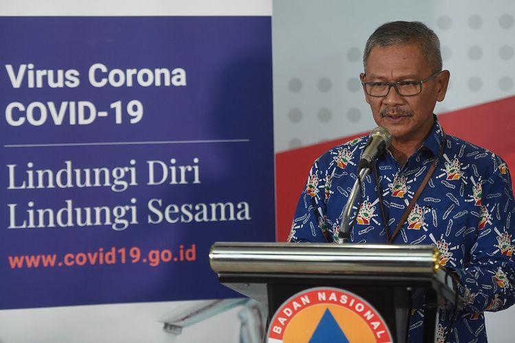 Juru bicara pemerintah untuk penanganan COVID-19 Achmad Yurianto (kanan) memberikan keterangan terkait penanganan virus corona di Graha BNPB, Jakarta, Rabu (18/3/2020). Yuri mengatakan pemerintah kedepannya akan menerapkan tes cepat (rapid test) COVID-19 melalui darah yang hasilnya dapat keluar lebih cepat, dapat dilakukan oleh seluruh rumah sakit di Indonesia dan akan efektif dilakukan kepada pasien yang telah terjangkit virus corona selama satu minggu. ANTARA FOTO/Akbar Nugroho Gumay/foc.