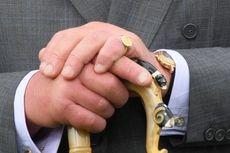 Mengapa Pangeran Charles Selalu Pakai Cincin di Jari Kelingking?
