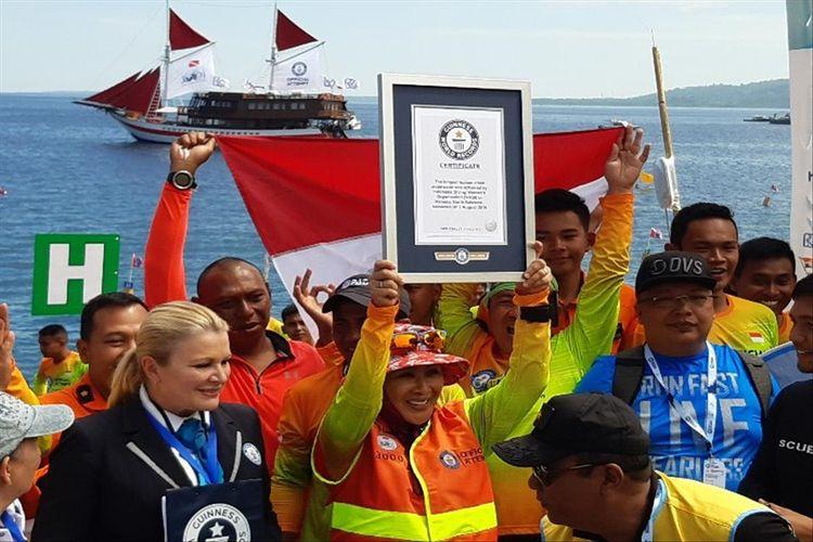 Ketua WASI, Tri Tito Karnavian saat menerima sertifikat dari Guinness World Records (GWR), di Pantai Kawasan Megamas Manado, Sulut, Kamis (1/8/2019)