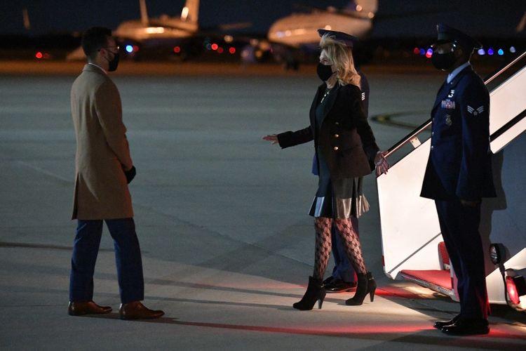 Ibu Negara Amerika Serikat Lady Jill Biden saat tiba di Andrews Air Force Base, Maryland (1/4/2021) sekembalinya dari kunjungan ke California. Penampilan Jill dengan mengenakan stoking jala mengundang perdebatan di jagat maya.