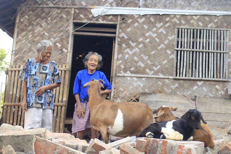 Icih dan Uka, dua lansia asal Kampung Krajan Pawanda, Desa Medangasem, Kecamatan Jayakerta, Kabupaten Karawang tinggal serumah bersama kambing, Sabtu (7/9/2019).