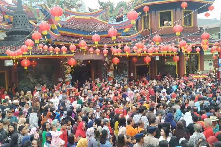 Warga padati perayaan Cap Go Meh di Vihara Widhi Sakti, Jalan Pajagalan, Sukabumi, Jawa Barat, Jumat (14/2/2020).